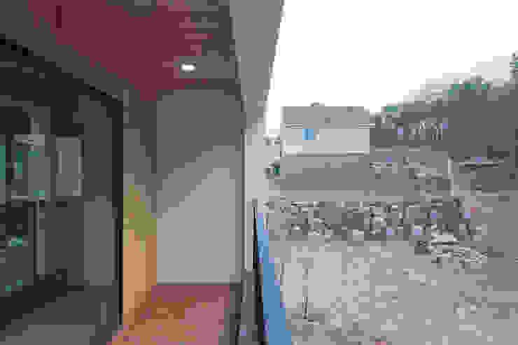 성석동 주택 (Seongseokdong House) 모던스타일 발코니, 베란다 & 테라스 by 위빌 모던