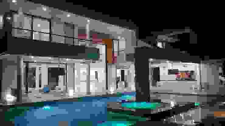 Vista nocturna piscina, fachada posterior Casas modernas: Ideas, imágenes y decoración de homify Moderno Hormigón