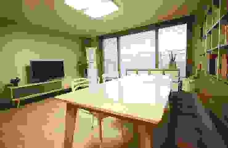 광교 서재형거실 홈스타일링(Kwanggyo APT) Salas de jantar modernas por homelatte Moderno