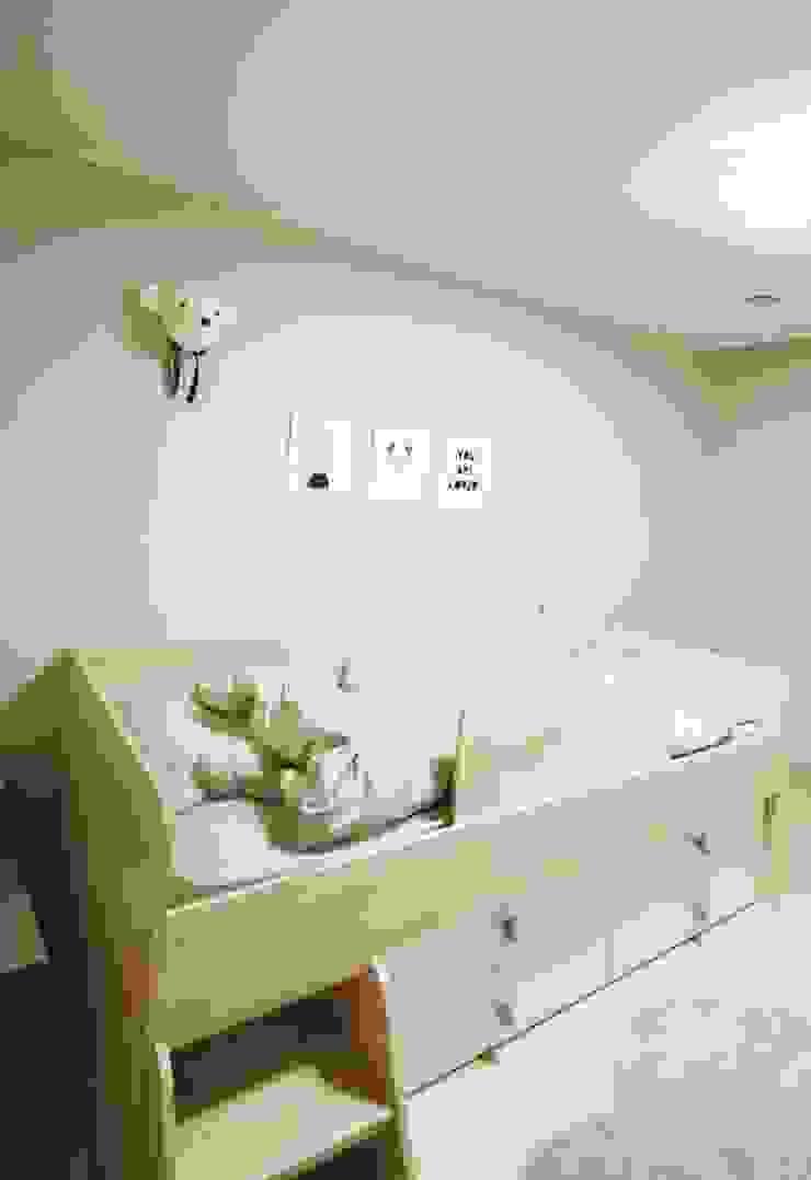 광교 서재형거실 홈스타일링(Kwanggyo APT) Quartos modernos por homelatte Moderno