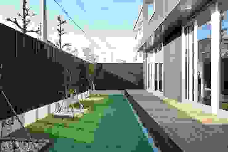 人工芝を用いたリビングとつながる庭 有限会社 橋本設計室 モダンな庭