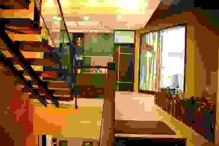 Hành lang, sảnh & cầu thang phong cách hiện đại bởi Aayam Consultants Hiện đại