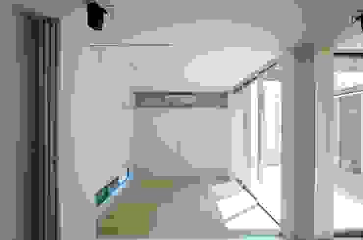 Salas multimedia de estilo moderno de 有限会社 橋本設計室 Moderno