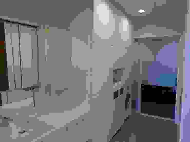 Baños de estilo  de 有限会社 橋本設計室