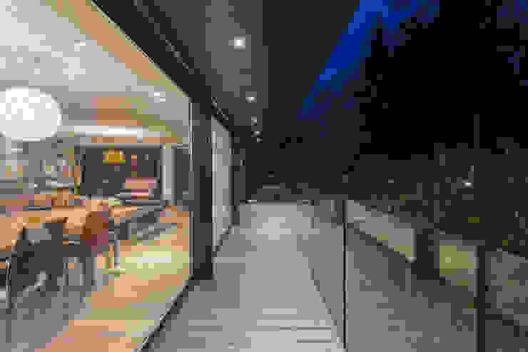 Soleya Balcon, Veranda & Terrasse modernes par Chevallier Architectes Moderne Bois Effet bois