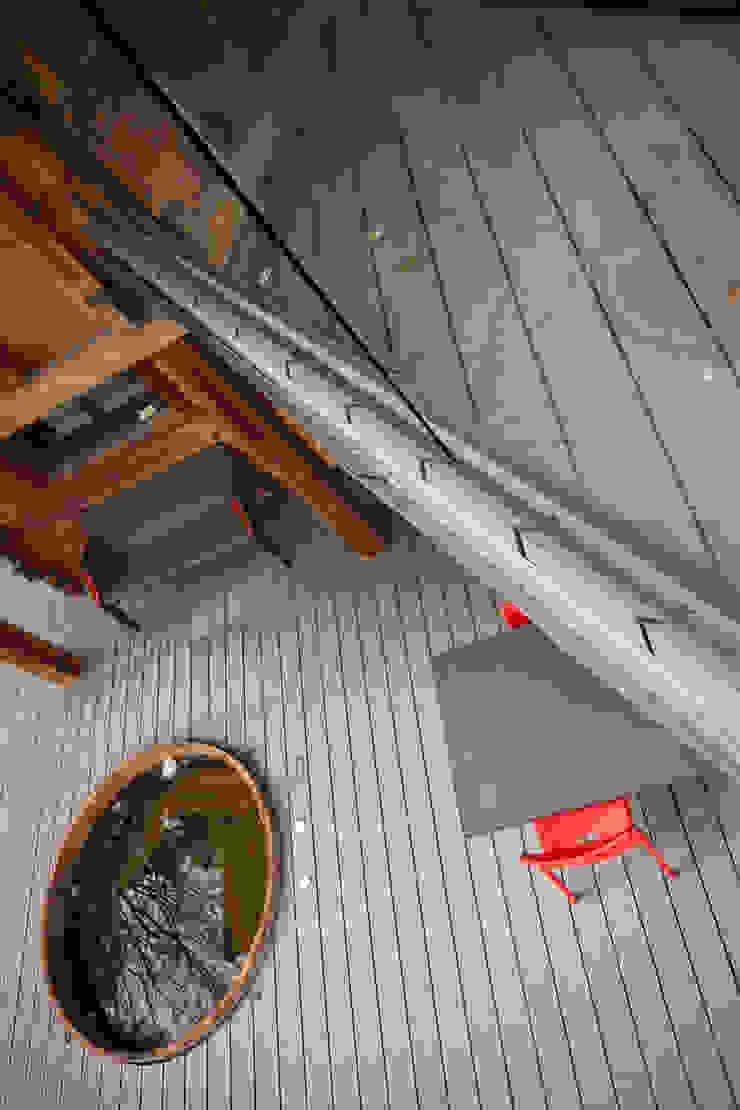 Chevallier Architectes Modern balcony, veranda & terrace Wood-Plastic Composite