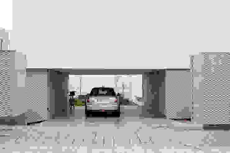 Porche de acceso/garaje CABRÉ I DÍAZ ARQUITECTES Garajes de estilo minimalista