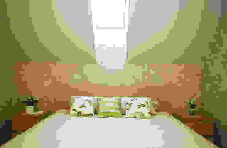 Dormitorios mediterráneos de Студия интерьера 'SENSE' Mediterráneo