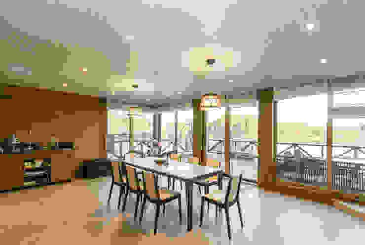 Студия интерьера 'SENSE' Scandinavian style dining room Brown