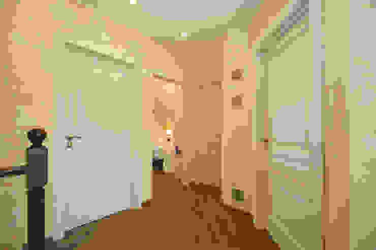 Студия интерьера 'SENSE' Scandinavian style corridor, hallway& stairs White