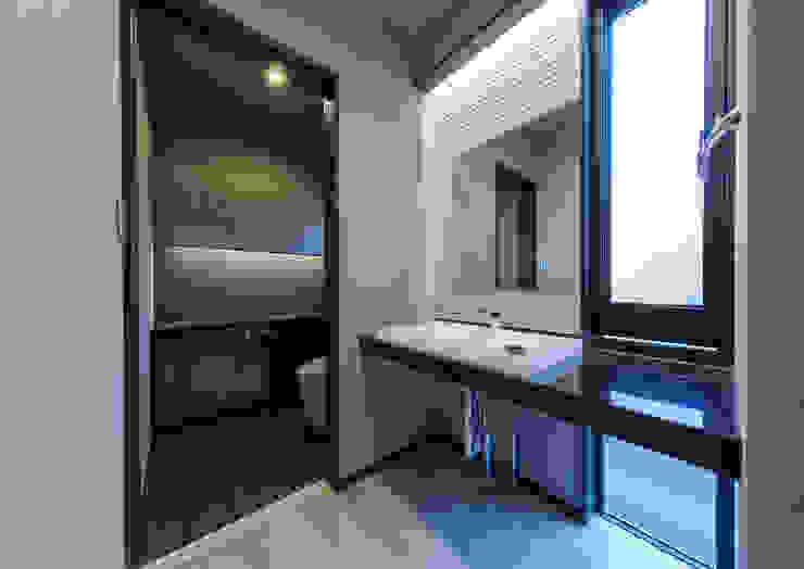 Banheiros modernos por 一級建築士事務所 馬場建築設計事務所 Moderno