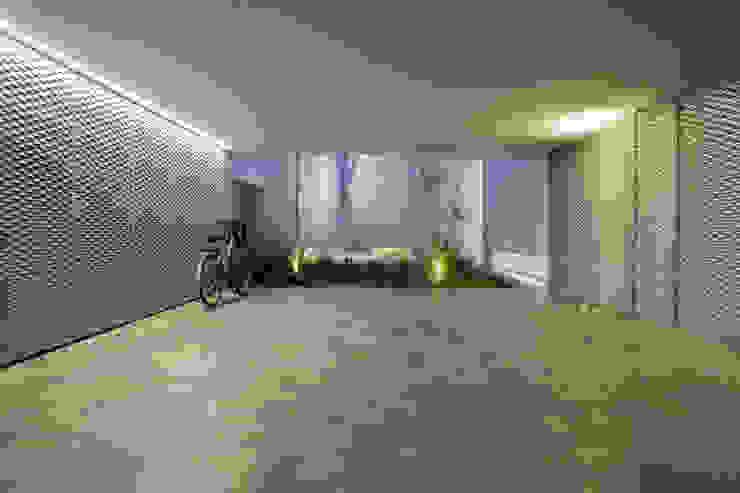 Porche de acceso/garaje Garajes de estilo minimalista de CABRÉ I DÍAZ ARQUITECTES Minimalista