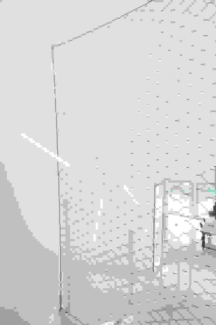 Malla acero inoxidable escalera CABRÉ I DÍAZ ARQUITECTES Pasillos, halls y escaleras minimalistas