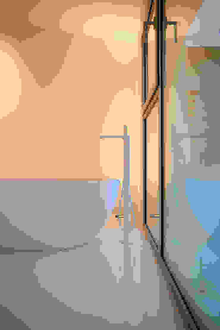 Dormitorio con bañera CABRÉ I DÍAZ ARQUITECTES Dormitorios de estilo minimalista