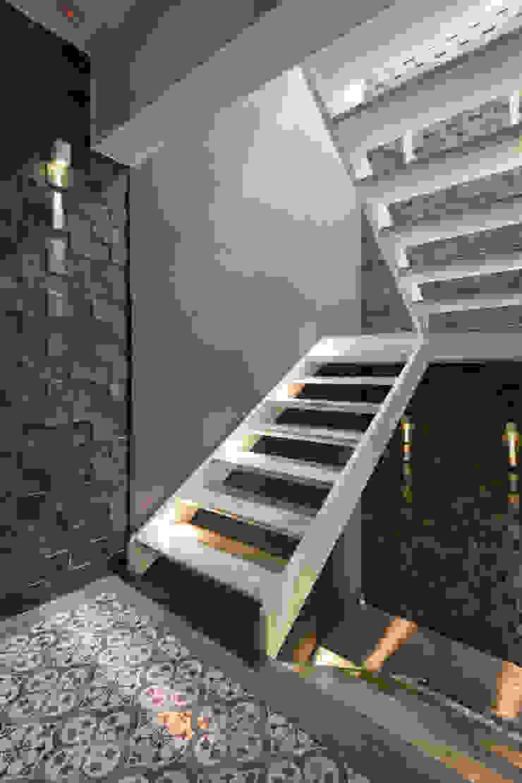 Estúdio IR 現代風玄關、走廊與階梯