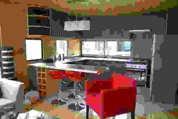現代廚房設計點子、靈感&圖片 根據 EstradaMassera Arquitectura 現代風 木頭 Wood effect