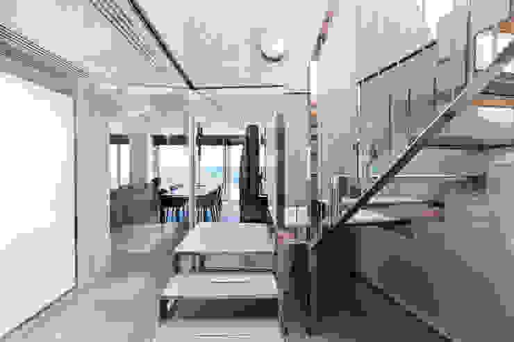 Escalera a terraza superior homify Pasillos, vestíbulos y escaleras de estilo moderno