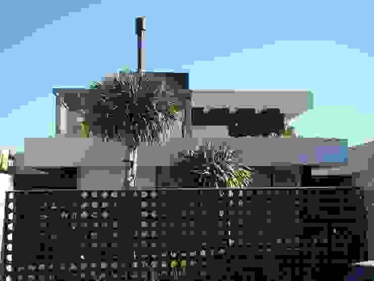 Nowoczesne domy od Jader e Ivan Arquitetos Nowoczesny