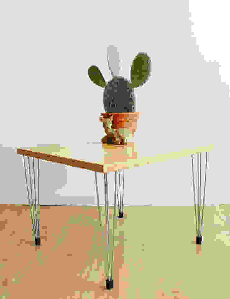 Toffe vintage salontafel op hairpin poten. Retro Scandinavische design tafel in Fritz Hansen stijl. van Flat sheep Scandinavisch
