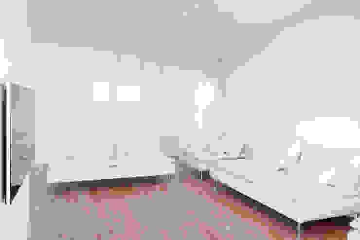 Biały salon Minimalistyczny salon od Niuans Minimalistyczny
