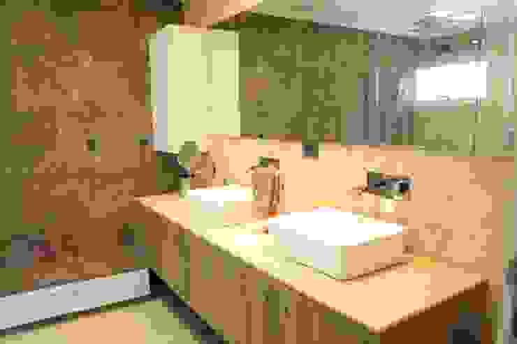Modern bathroom by JAVC ARQUITECTOS S.C Modern