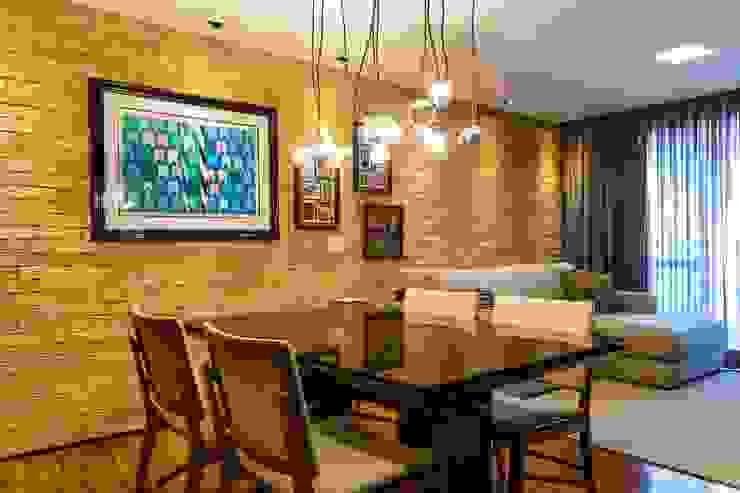 Vista da parede de tijolos aparentes da sala. Ar:Co - Arquitetura Cooperativa Sala de jantarAcessórios e decoração