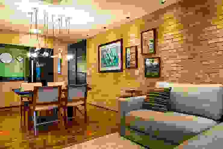 Vista do acesso ao apartamento. Cozinha, sala de jantar e estar integrados. Ar:Co - Arquitetura Cooperativa Sala de estarAcessórios e Decoração