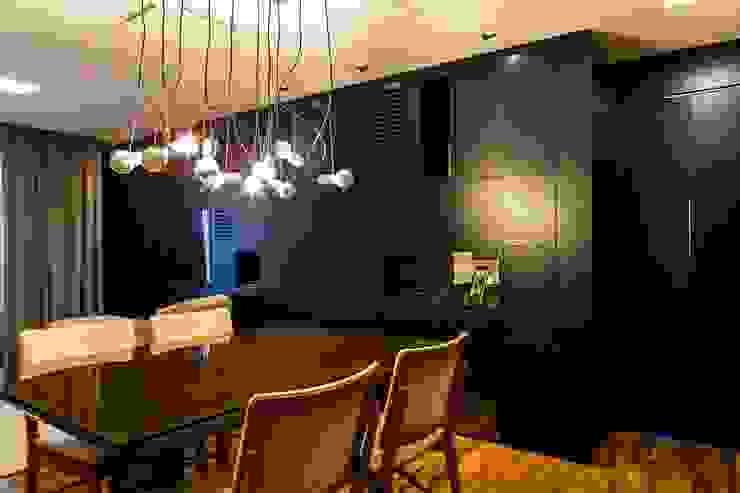 Vista do armário da sala e acesso aos dormitórios. Ar:Co - Arquitetura Cooperativa Sala de jantarAcessórios e decoração