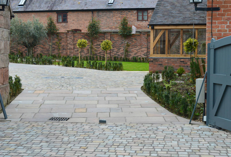 Cobble Detail Driveway leading onto Natural Stone Paving Classic style garden by Unique Landscapes Classic