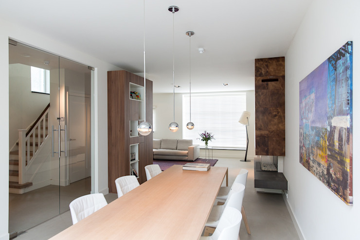 Sala da pranzo minimalista di B-TOO Minimalista