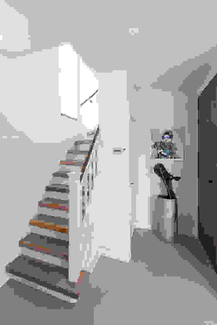 Коридор, прихожая и лестница в стиле минимализм от B-TOO Минимализм