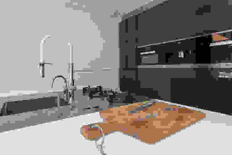 Verbouwing stadswoning Minimalistische keukens van B-TOO Minimalistisch