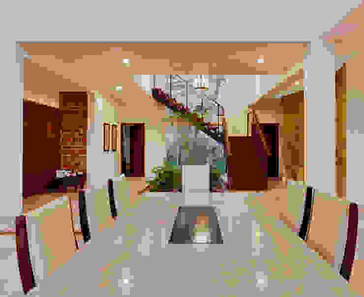 escalera y pasillo Pasillos, vestíbulos y escaleras de estilo colonial de Excelencia en Diseño Colonial Hierro/Acero