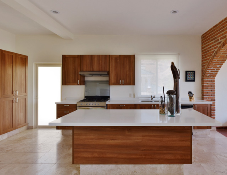 Kitchen by Excelencia en Diseño, Colonial Granite
