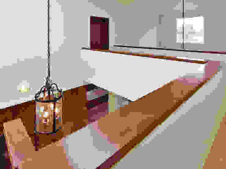 pasillo Pasillos, vestíbulos y escaleras de estilo colonial de Excelencia en Diseño Colonial Derivados de madera Transparente