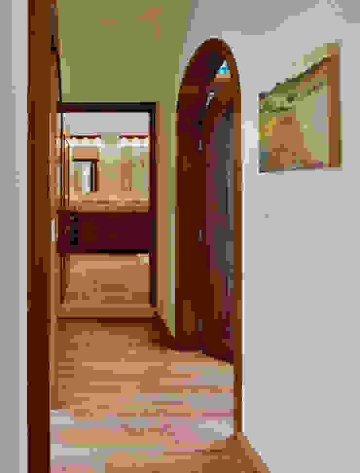 pasillo al baño Baños de estilo colonial de Excelencia en Diseño Colonial Derivados de madera Transparente