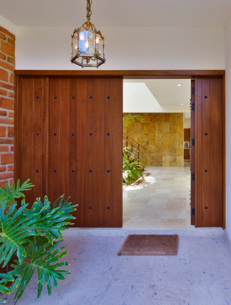 puerta principal Puertas y ventanas de estilo colonial de Excelencia en Diseño Colonial Madera maciza Multicolor