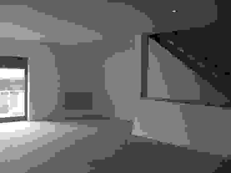 MORADIAS UNIFAMILIARES T4 – VALONGO – PORTUGAL Salas de jantar modernas por SILFI - ARQUITETURA, ENGENHARIA E CONSTRUÇÃO Moderno Derivados de madeira Transparente