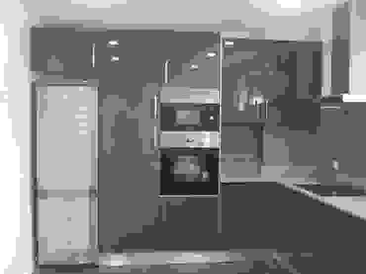 MORADIAS UNIFAMILIARES T4 – VALONGO – PORTUGAL Cozinhas minimalistas por SILFI - ARQUITETURA, ENGENHARIA E CONSTRUÇÃO Minimalista MDF