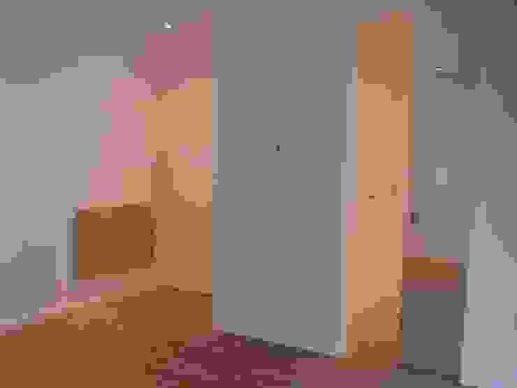 MORADIAS UNIFAMILIARES T4 – VALONGO – PORTUGAL Quartos minimalistas por SILFI - ARQUITETURA, ENGENHARIA E CONSTRUÇÃO Minimalista Derivados de madeira Transparente