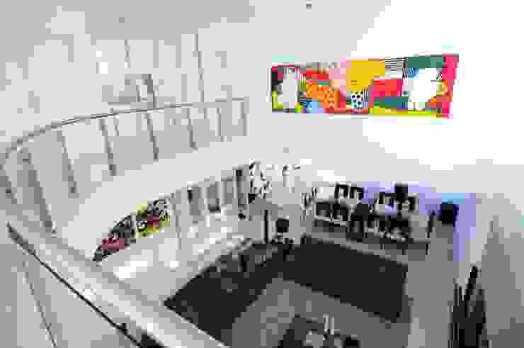 Balcones y terrazas minimalistas de Marcelo John Arquitetura e Interiores Minimalista