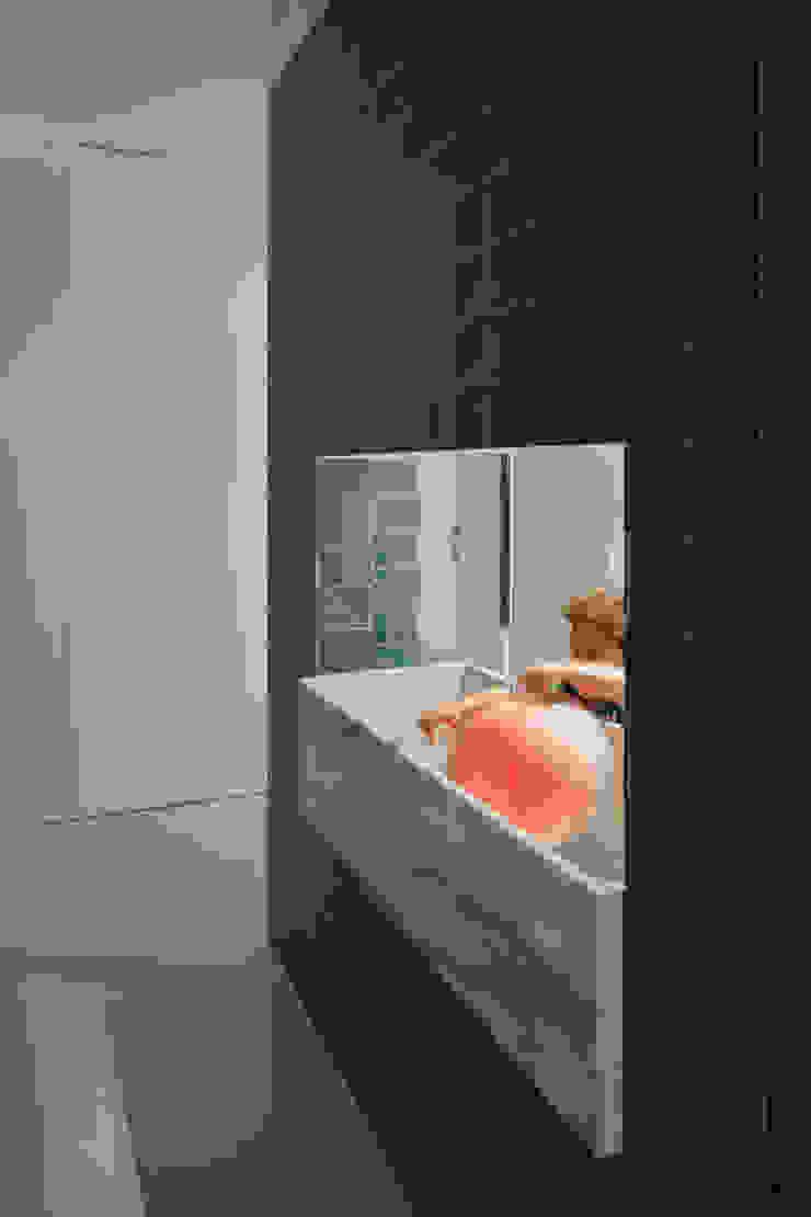 現代浴室設計點子、靈感&圖片 根據 merooficina 現代風