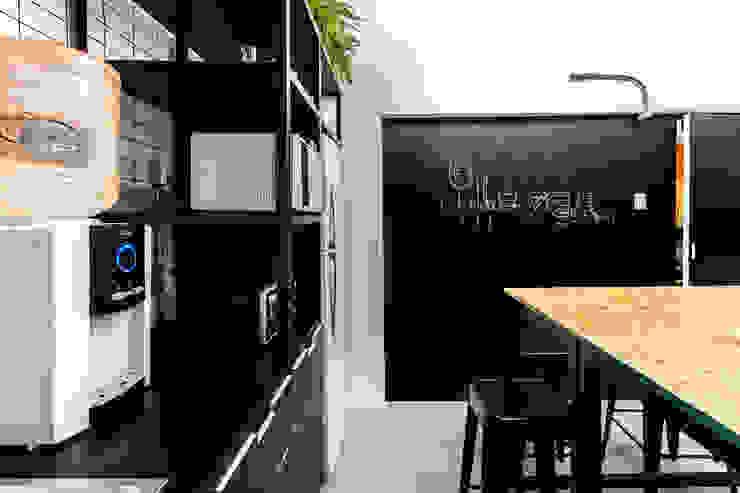 Cocina player de DOSA STUDIO Moderno