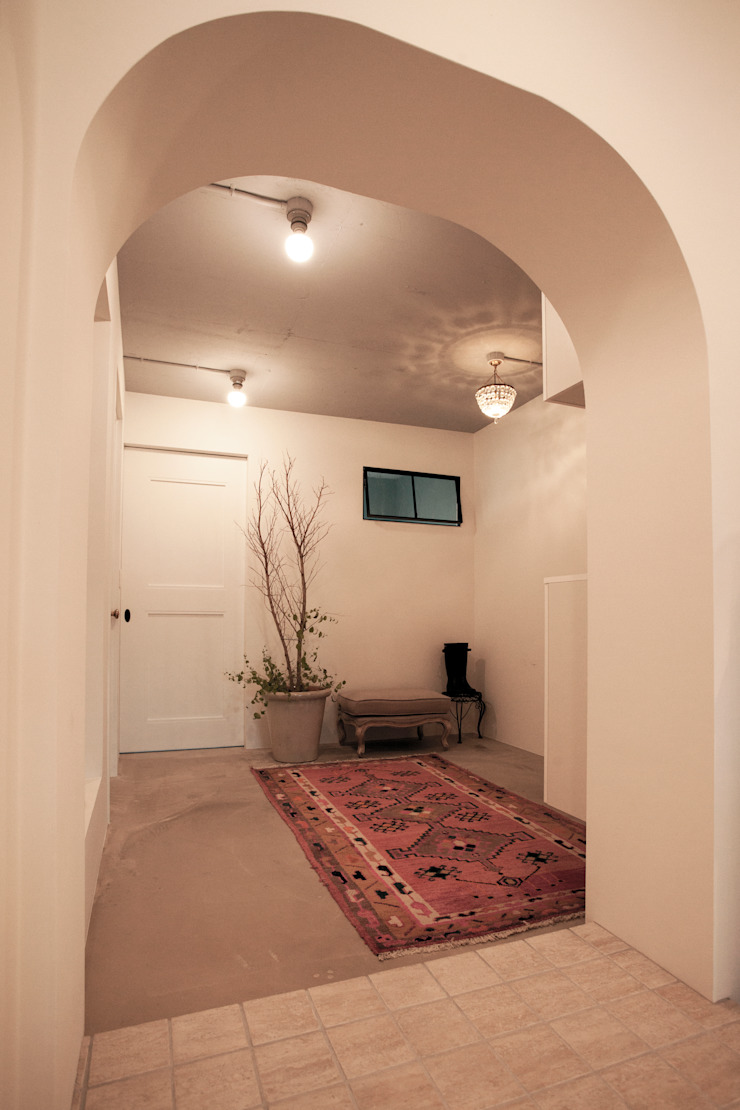 Classic style corridor, hallway and stairs by 株式会社ブルースタジオ Classic