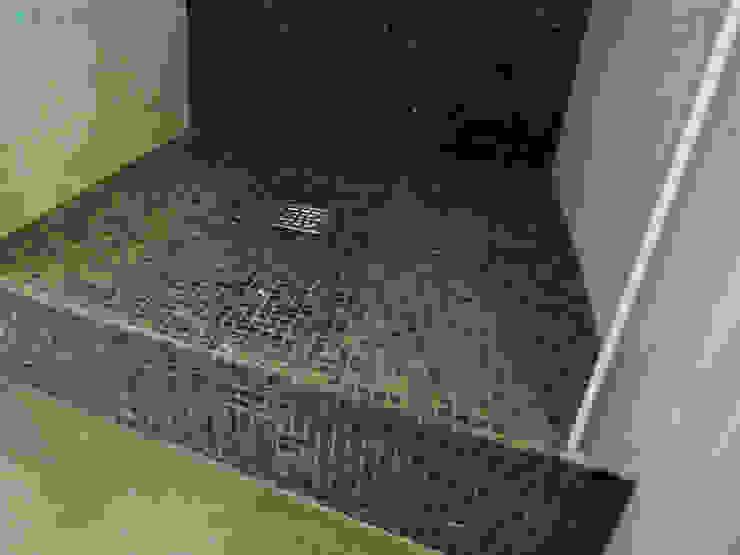 Douche à l'italienne en mosaïques de marbre Salle de bain moderne par Xavier Lemoine Architecture d'Intérieur Moderne Marbre