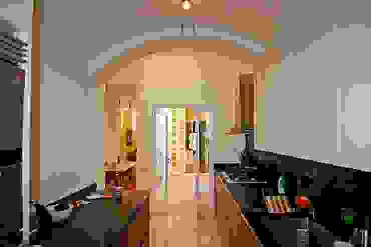 Cocina Cocinas de estilo mediterráneo de Atres Arquitectes Mediterráneo Madera Acabado en madera