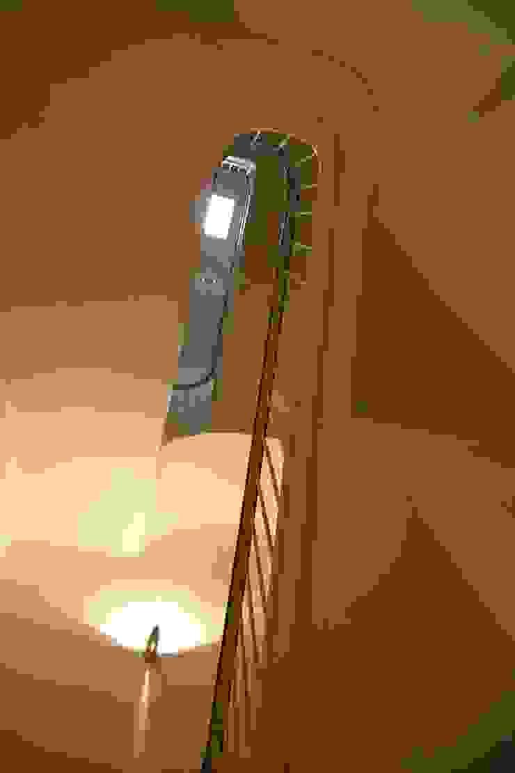 Escalera Pasillos, vestíbulos y escaleras de estilo mediterráneo de Atres Arquitectes Mediterráneo