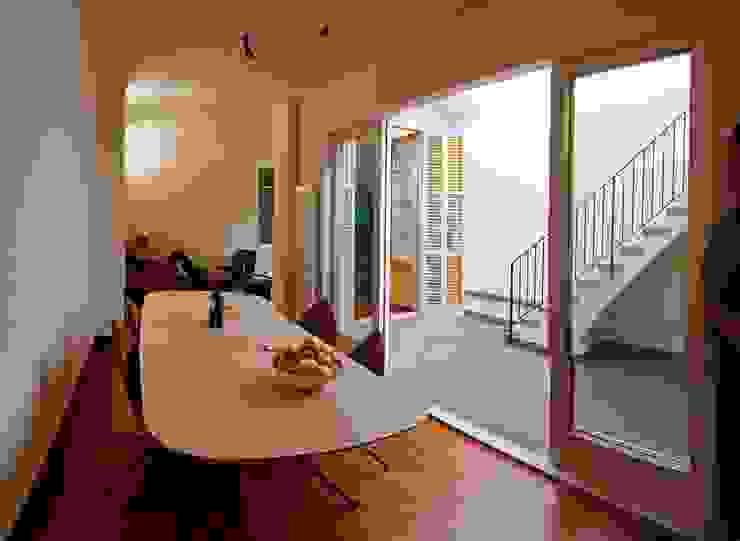 Comedor patio interior Comedores de estilo mediterráneo de Atres Arquitectes Mediterráneo Vidrio