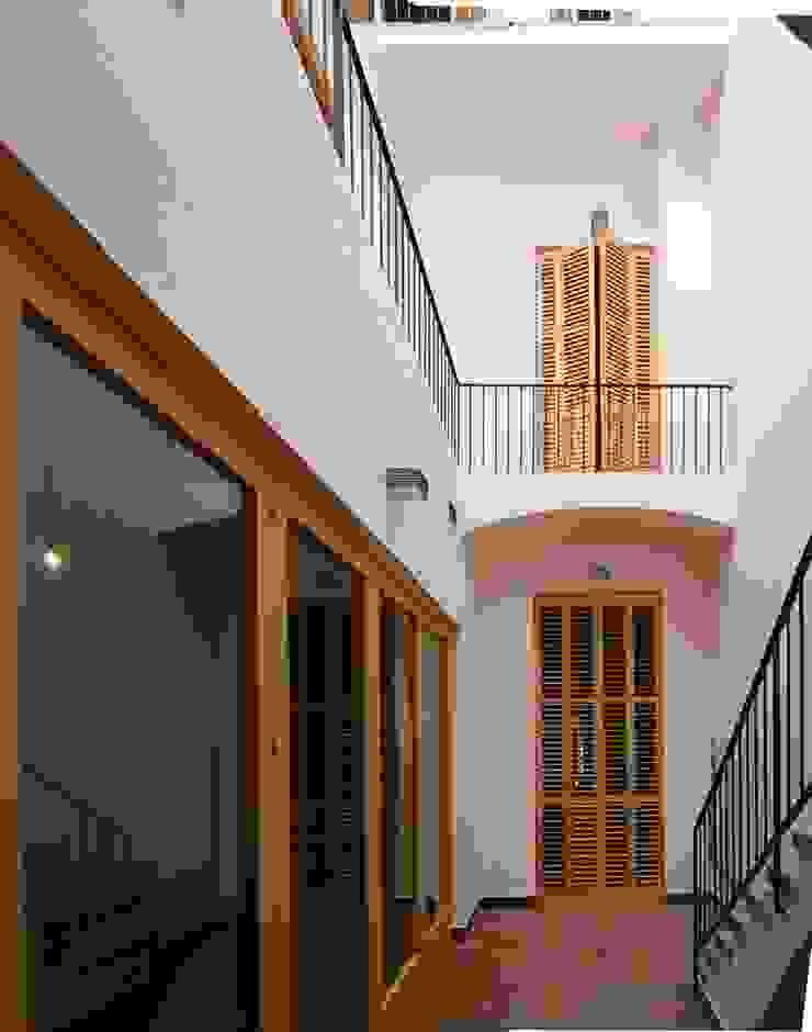 Patio Balcones y terrazas de estilo mediterráneo de Atres Arquitectes Mediterráneo