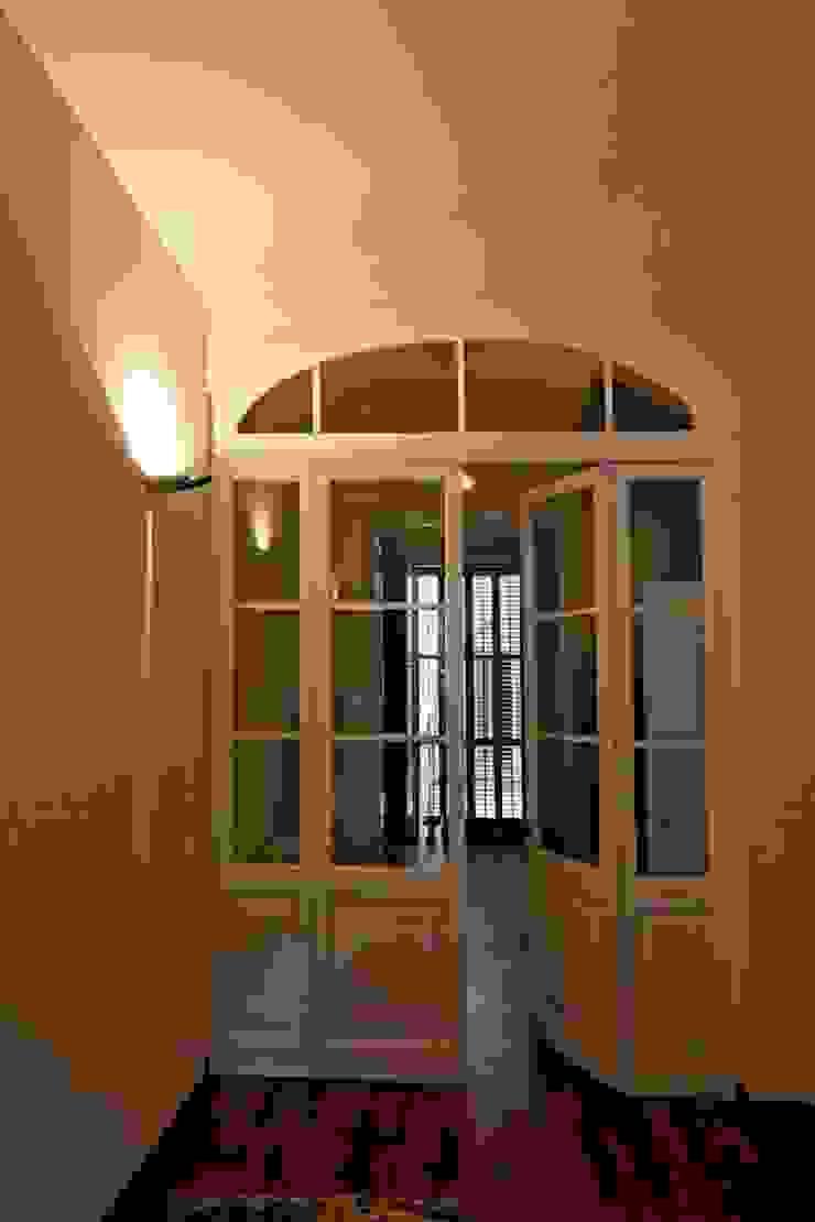 Carpinteria interior Restaurada Puertas y ventanas de estilo mediterráneo de Atres Arquitectes Mediterráneo Madera Acabado en madera